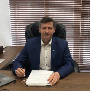 Zdjęcie burmistrza za biurkiem