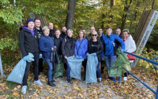 Zdjęcie grupowe z uczestnikami akcji sprzątania